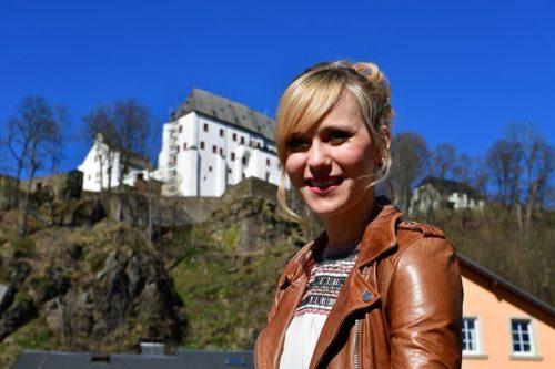 Franziska mit Schloss Wolkenstein im Hintergrund